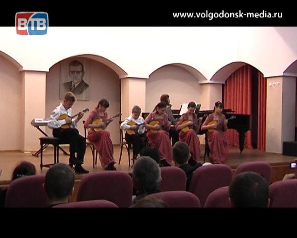 Сохраняя народное искусство. В Волгодонске состоялся открытый региональный конкурс юных исполнителей на струнных народных инструментах