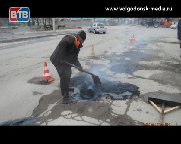 В Волгодонске начали ямочный ремонт дорог