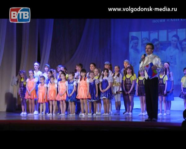 В Волгодонске состоялся отчетный концерт Образцового театра эстрадной песни «Апрель»