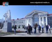 В сквере перед Администрацией прошла посадка декоративных деревьев при участии ветеранов и молодежи Волгодонска
