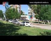 Перегруженная автомобилями территория вокруг дома № 191 на улице Степной усложняет жизнь его жителям