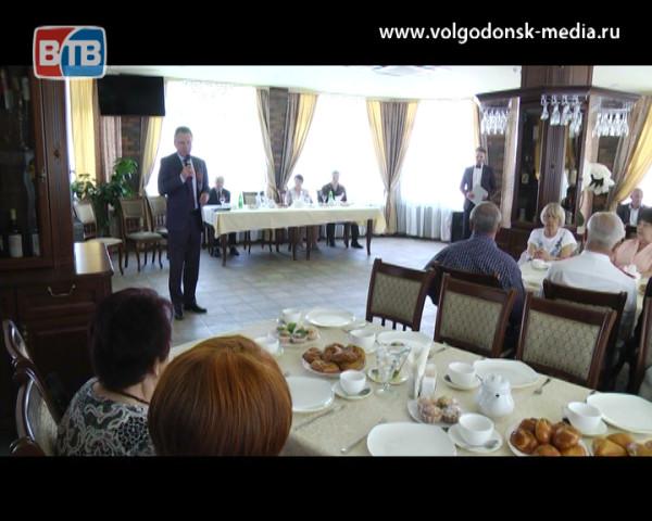 Руководители Волгодонска поздравили ветеранов с наступающим Днем Победы