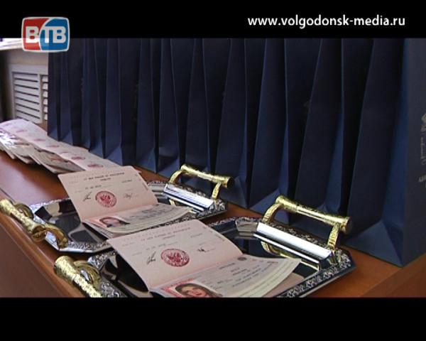 В честь праздника страны свой первый паспорт подростки Волгодонска получили в торжественной обстановке
