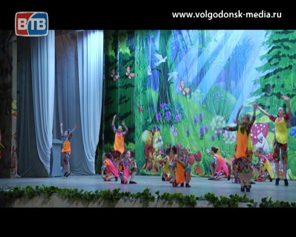 Каждый день как праздник. В летние каникулы маленькие жители Волгодонска могут ежедневно становиться частью театрализованно-игрового представления