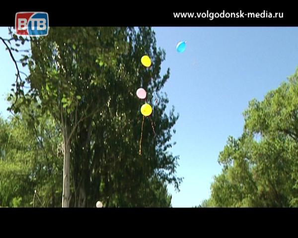 Волгодонцы запустили в небо шары загадав желания и помогли особенным детям