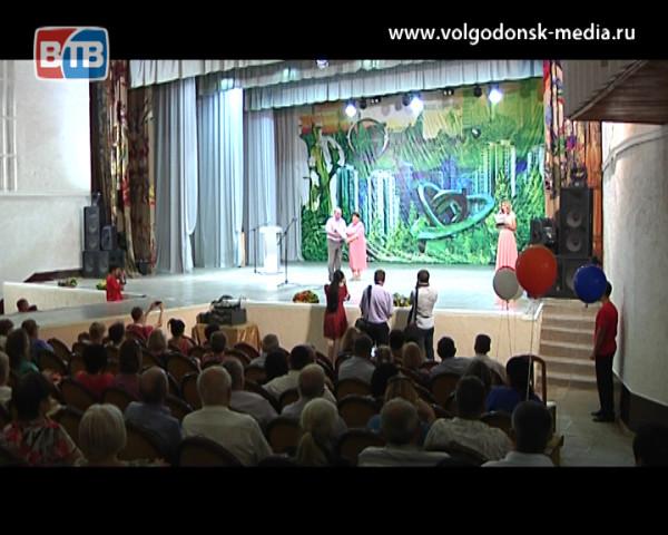 Волгодонск торжественно отметил День строителя торжественным собранием, праздничным концертом и вручением наград за вклад в развитие города
