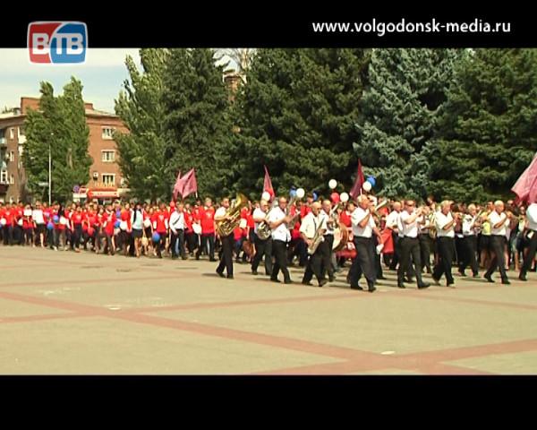 В честь Дня знаний студенты и школьники Волгодонска прошли парадом по центральной площади
