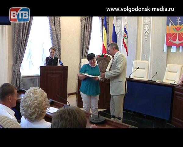 В канун профессионального праздника в Администрации Волгодонска наградили лучших работников учреждений образования