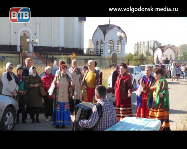 Казаки Волгодонского городского казачьего общества в честь праздника Покрова приготовили угощение для прихожан собора Рождества Христова