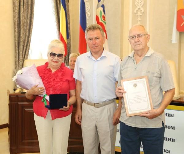 Виктор Мельников вручил медали «За любовь и верность» двум супружеским парам из Волгодонска