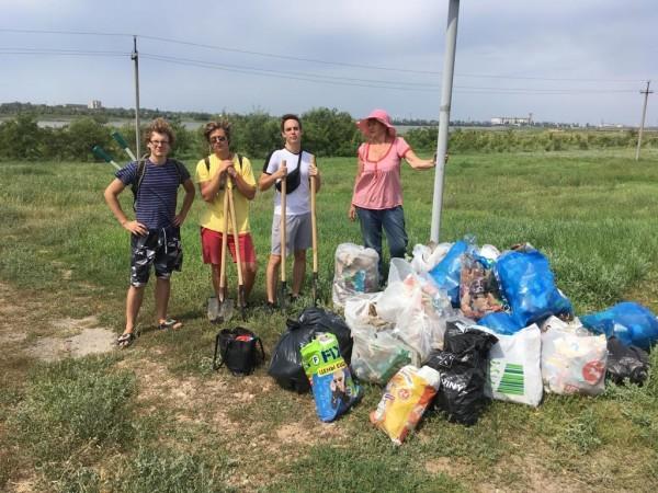 За два дня добровольцы очистили 400 м берега Сухо-Соленовского залива и собрали около 500 кг мусора