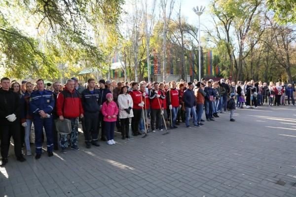 В общегородском субботнике в парке Победы приняли участие более 400 волгодонцев
