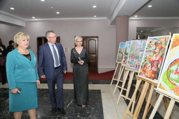 Глава администрации Виктор Мельников поздравил коллектив Детской художественной школы с ее 40-летием