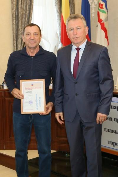 Глава администрации Волгодонска наградил водителей, занятых в тушении сентябрьского пожара на полигоне ТБО