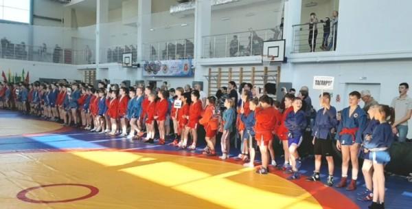 Золотую и серебряную медали завоевали волгодонцы на открытом турнире по самбо в Новочеркасске