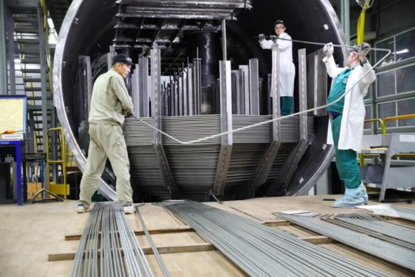 На Атоммаше первый парогенератор новой модификации заполняют змеевиками