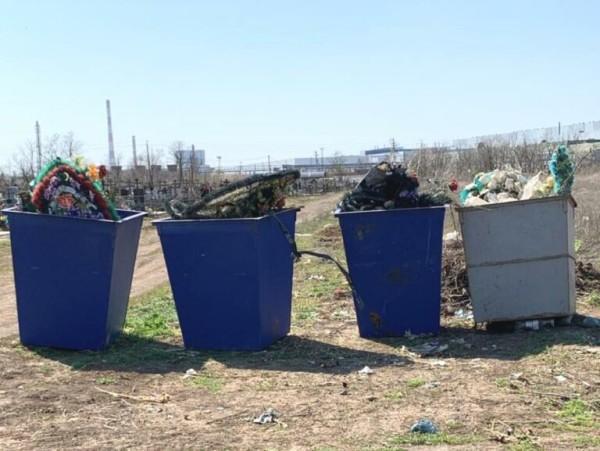 В Волгодонске до конца апреля отходы с территории городских кладбищ будут вывозить чаще