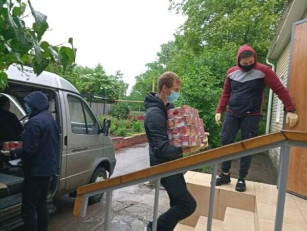 Волонтеры и соцработники Волгодонска продолжают оказывать помощь одиноким горожанам старше 65 лет