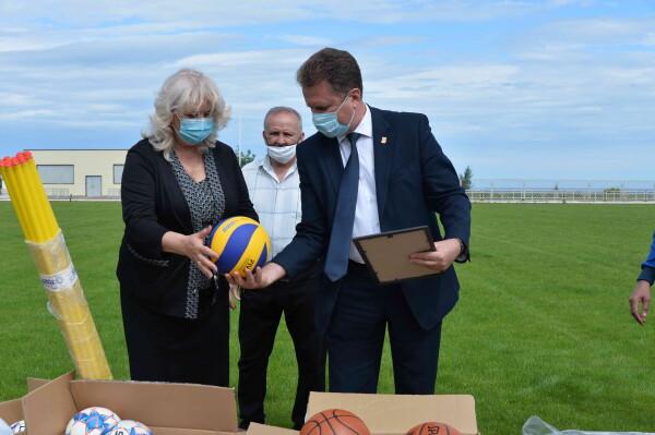 Ростовская АЭС подарила спортинвентарь и форму юным спортсменам Цимлянского района