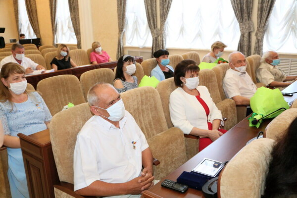 Глава администрации Виктор Мельников поздравил горожан с 70-летием со дня основания Волгодонска и наградил тех, кто внес особый в клад в его развитие