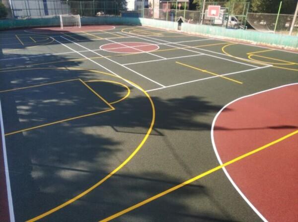 Идет реконструкция и переоснащение спортивной площадки на переулке Западном