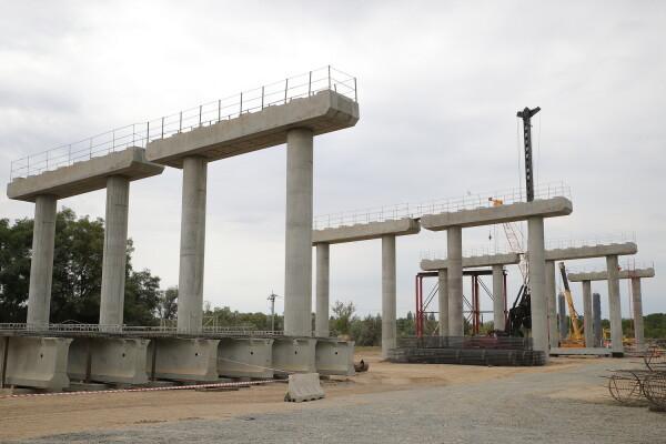 Василий Голубев проинспектировал работы по возведению моста в Волгодонске
