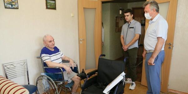 По поручению губернатора: ветеран-атомщик получил в подарок от администрации кресло на электроприводе