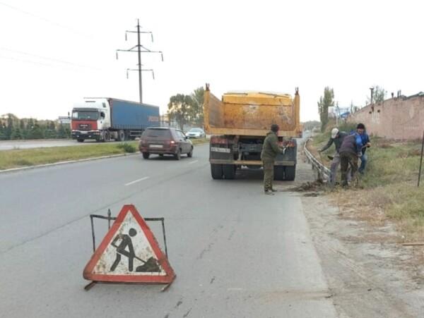 В Волгодонске продолжают активную очистку дренажных каналов возле проезжей части