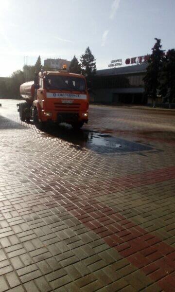 Коммунальщики Волгодонска проводят дезинфекцию общественных пространств и многолюдных мест