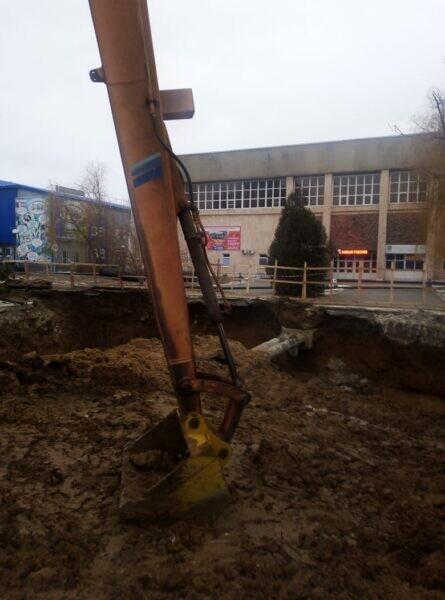 На подводящем коллекторе в районе СК «Олимп» продолжается подготовка к монтажу участка трубопровода