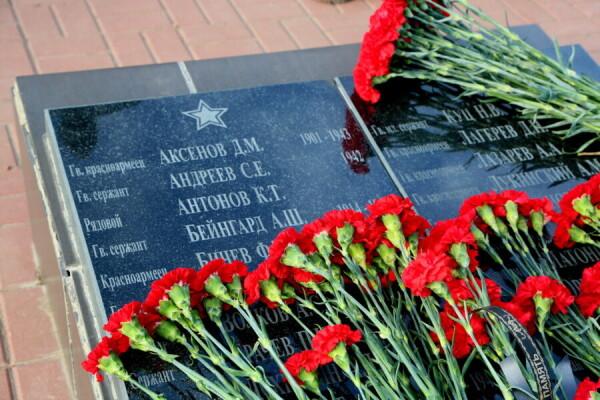 «Все что мы знаем о нем – он погиб за Отчизну»: в Волгодонске в День неизвестного солдата возложили цветы к братским могилам