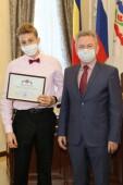 «За вами – завтрашний день!»: глава администрации Волгодонска вручил 20 юным волгодонцам свидетельства о присуждении премии для одаренной и талантливой молодежи