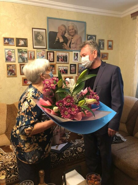Виктор Мельников поздравил с 90-летним юбилеем ветерана педагогического труда Галину Харитонову