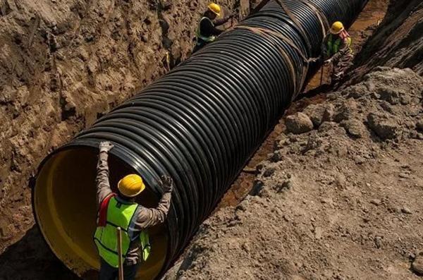 Водоканал меняет трубы на аварийных участках канализации в районе школы №22