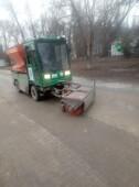 На центральных улицах города началась очистка прибордюрной части дорог от грязи