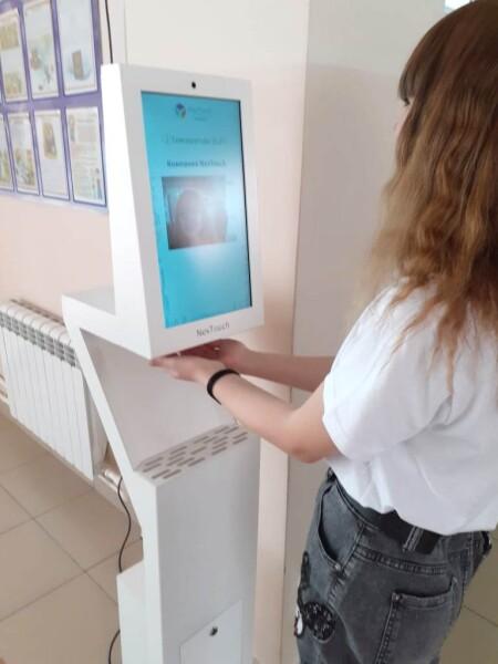 Волгодонские школы получили 20 аппаратов для дезинфекции рук и измерения температуры