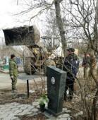 Коммунальщики приступили к уборке городских кладбищ