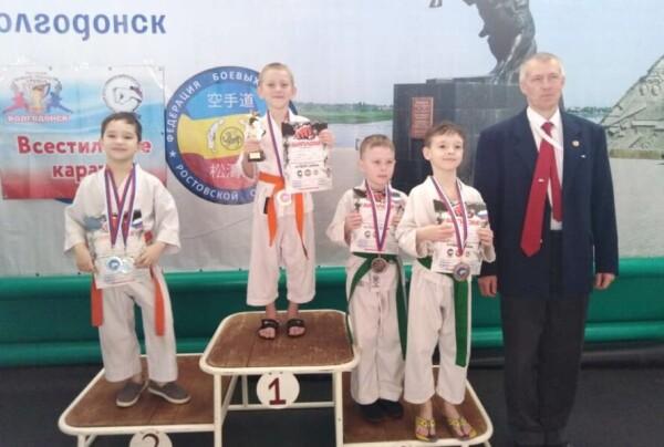 Волгодонские каратисты завоевали на домашнем открытом турнире по всестиливому каратэ «Кубок Дона 2021» более 90 медалей