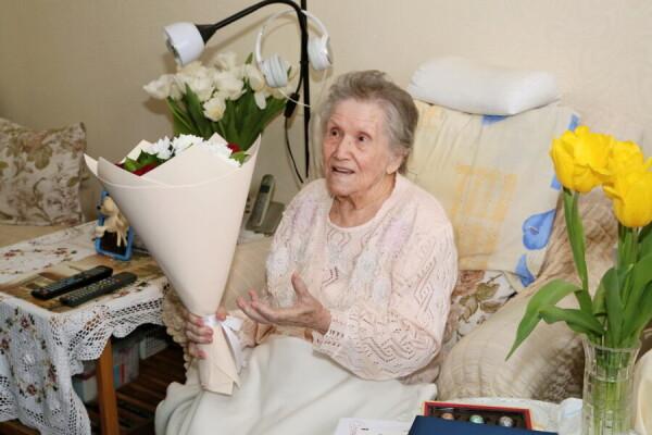 Виктор Мельников поздравил со100-летним юбилеем волгодончанку Фаину Игнатову
