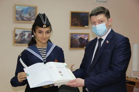 Сергей Ладанов передал ученикам «Политэка» книгу от Героя России