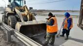 Коммунальщики приступили к уборке прибордюрной грязи на путепроводе