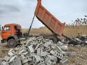 Чистый город: в Волгодонске два КАМАЗа сбросили в камыши остатки сгоревшего дома