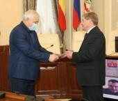 С юбилеем! В администрации Волгодонска поздравили директора школы №1 Григория Полякова с 65-летием