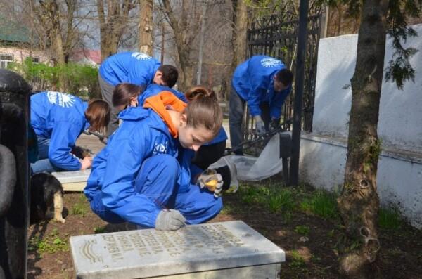 «Южный десант» в действии: студенты ВИТИ НИЯУ МИФИ привели в порядок братскую могилу в Красном Яру