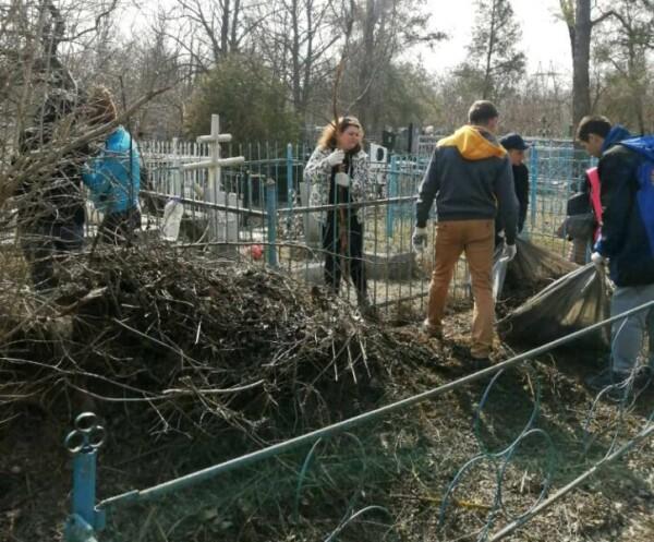 3 апреля коммунальщики и активисты провели субботник на кладбище в старой части города