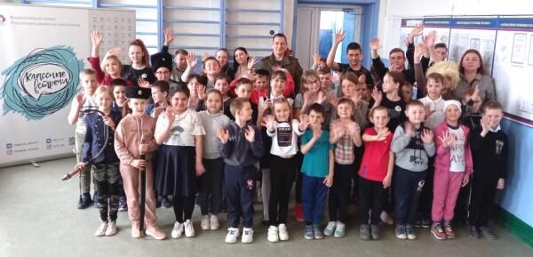 Руководитель волгодонского клуба «Атаман» продемонстрировал приемы фланкировки школьникам из станицы Хорошевской