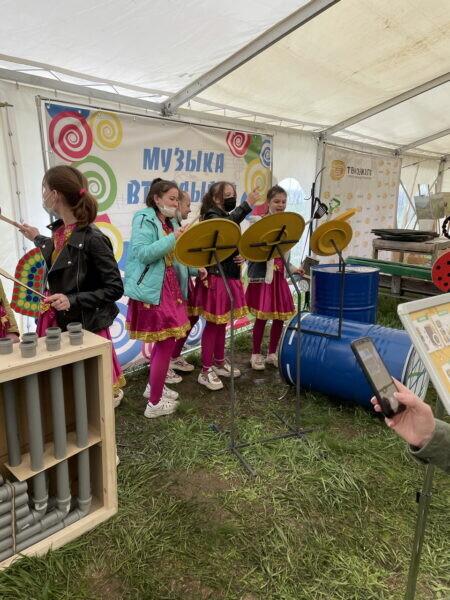 Когда мусор становится искусством: регоператоры Дона организовали музыкальный оркестр из вторсырья на экофестивале