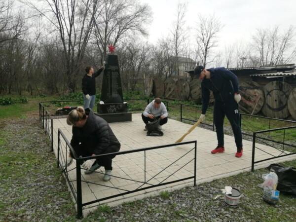 Работники Ростовской АЭС поздравили ветеранов с Днем Победы и привели в порядок территории воинских захоронений
