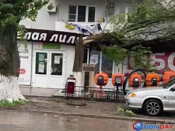 В Волгодонске ураганный ветер валит деревья и сносит крыши домов