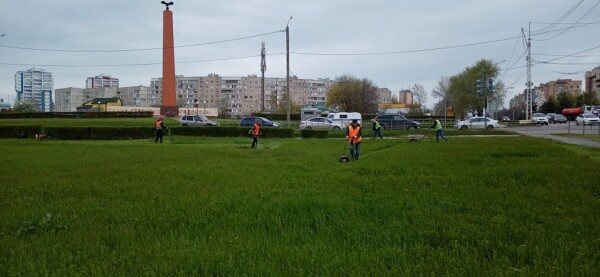 В Волгодонске активно косят траву и сорняк
